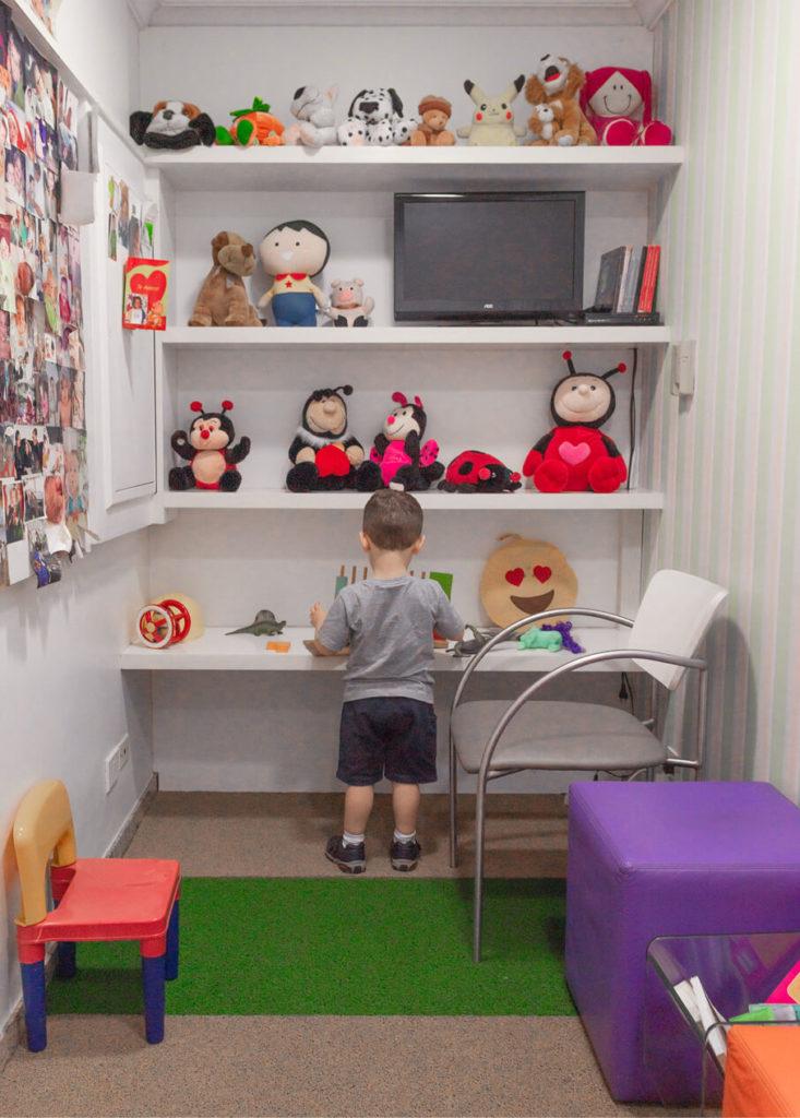 """Criança se diverte na sala de brinquedos do Instituto Saúde Plena, que fica em Moema (SP): """"em tempos de pandemia, essas brincadeiras ajudam demais o desenvolvimento das crianças"""", afirma o pediatra Jorge Huberman"""