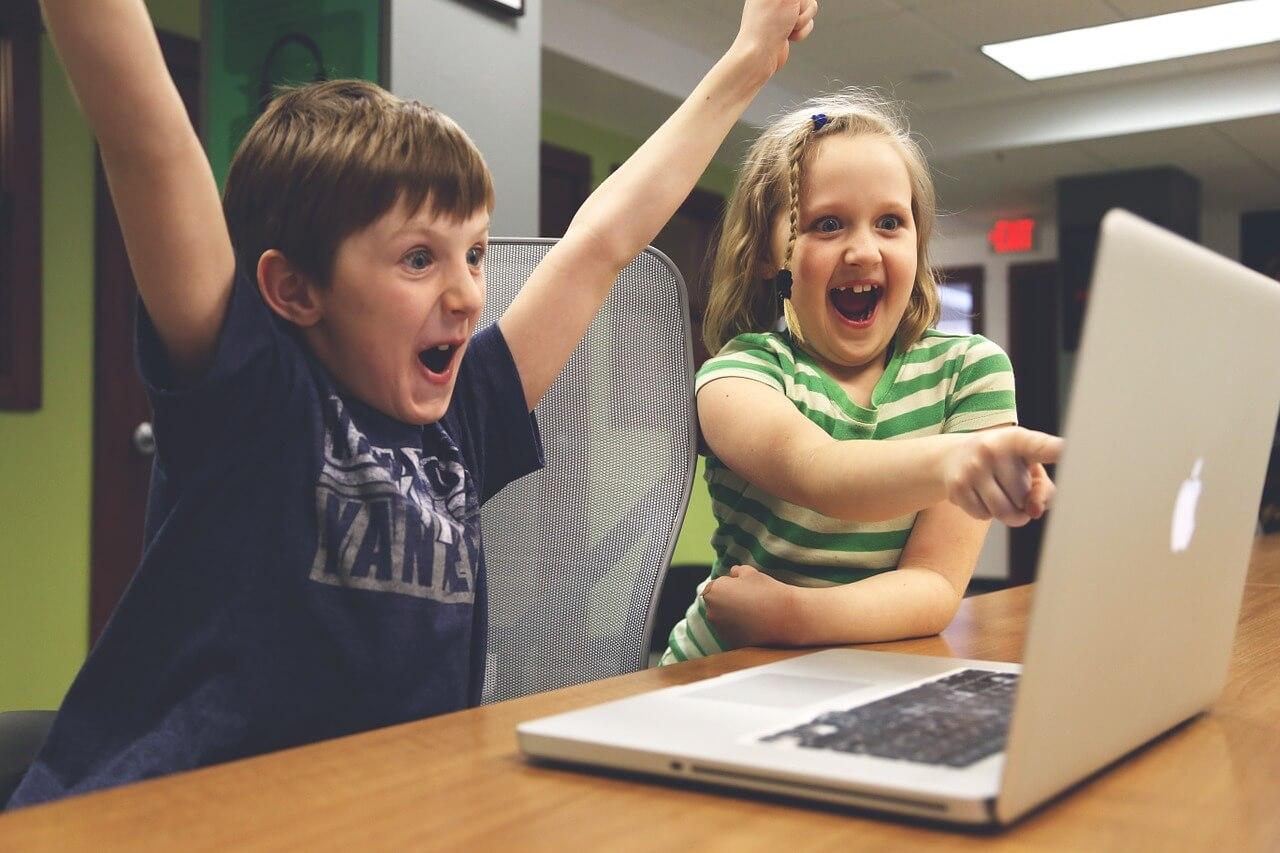Crianças jogandp videogame: evite os excessos!