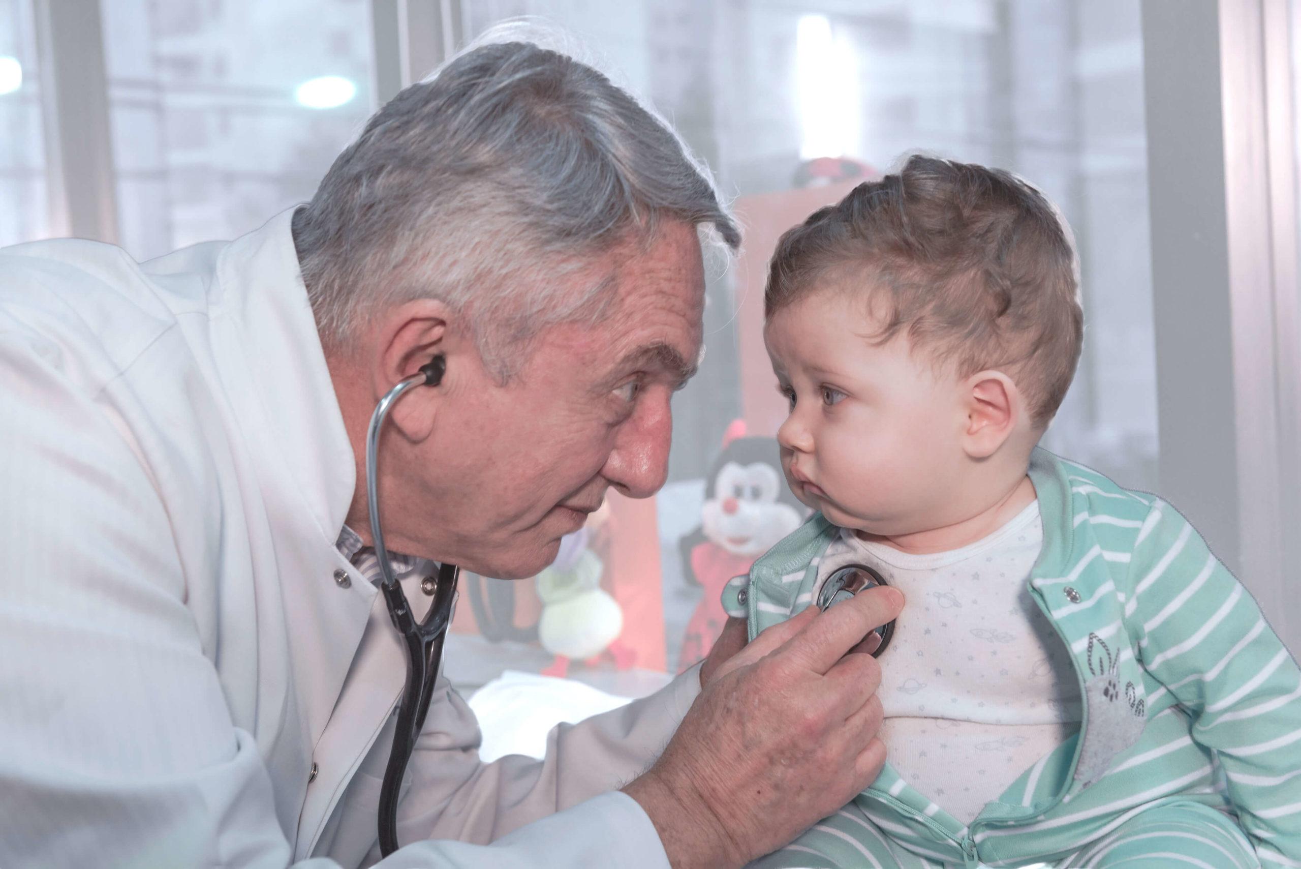 Dr Jorge durante consulta