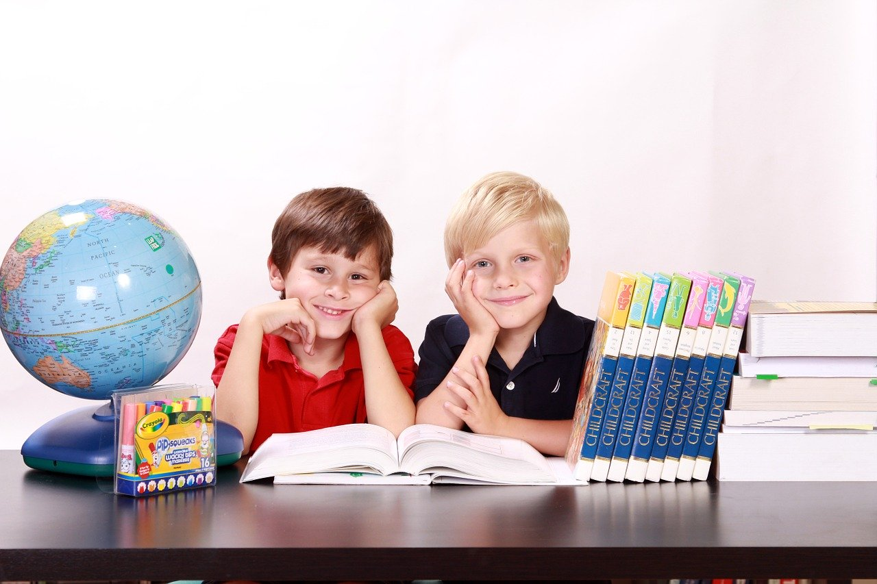 Crianças estudando idiomas
