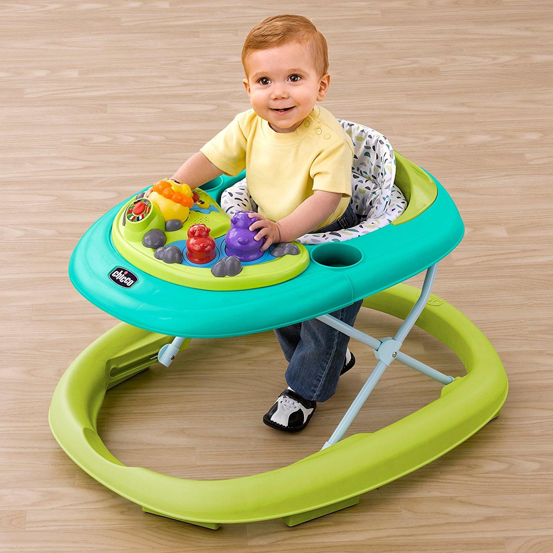 Criança usando andador infantil: na maioria dos casos, não se recomenda o seu uso