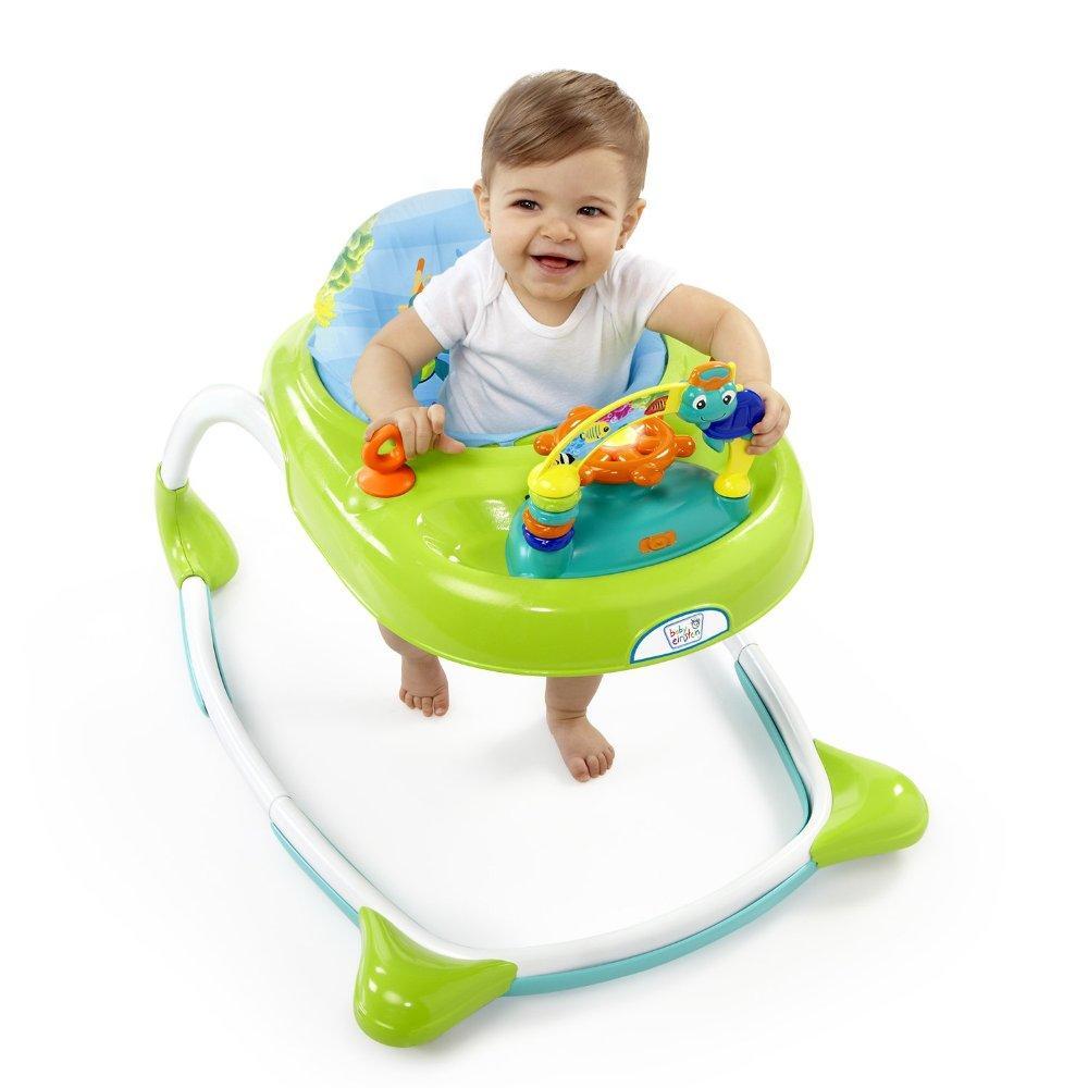 Criança sorrindo ao usar andador:  venda do produto está proibida em algumas cidades.