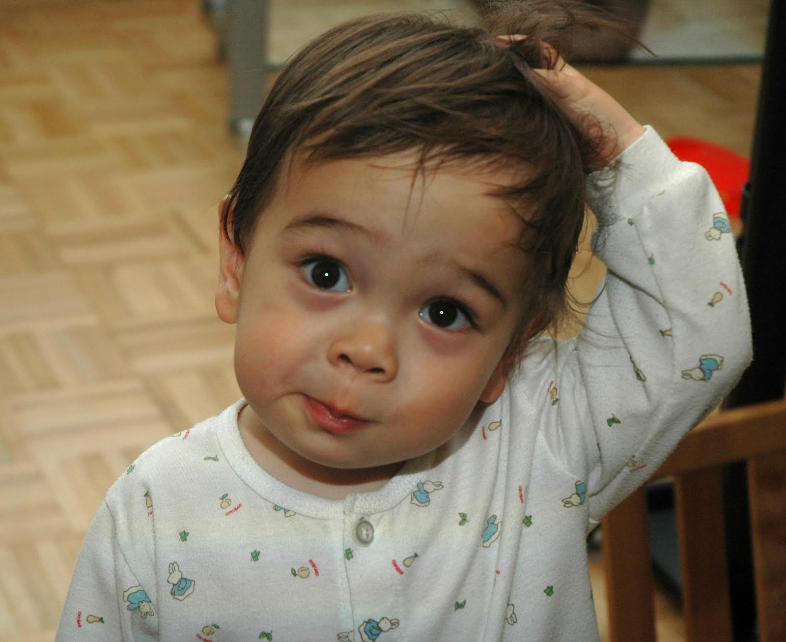 Criança coçando a cabeça: cuidado com a dermatite é essencial