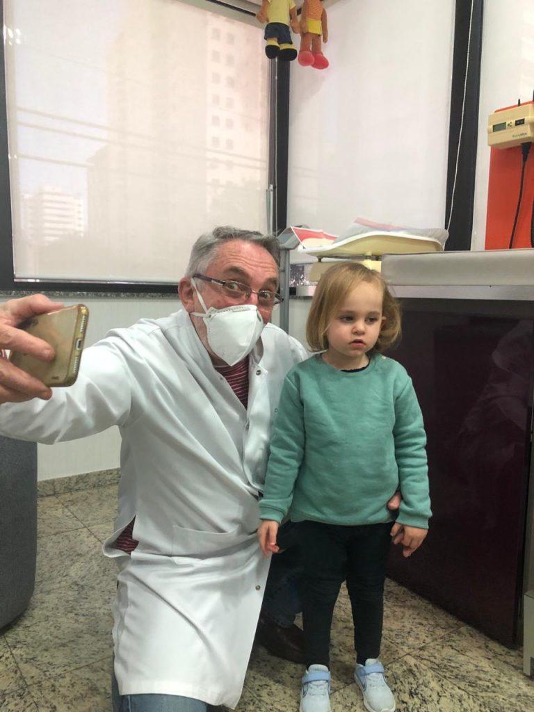 O pediatra e neonatologista Jorge Huberman tira uma foto com a paciente Nina em seu consultório, em Moema: médico não recomenda o uso do andador