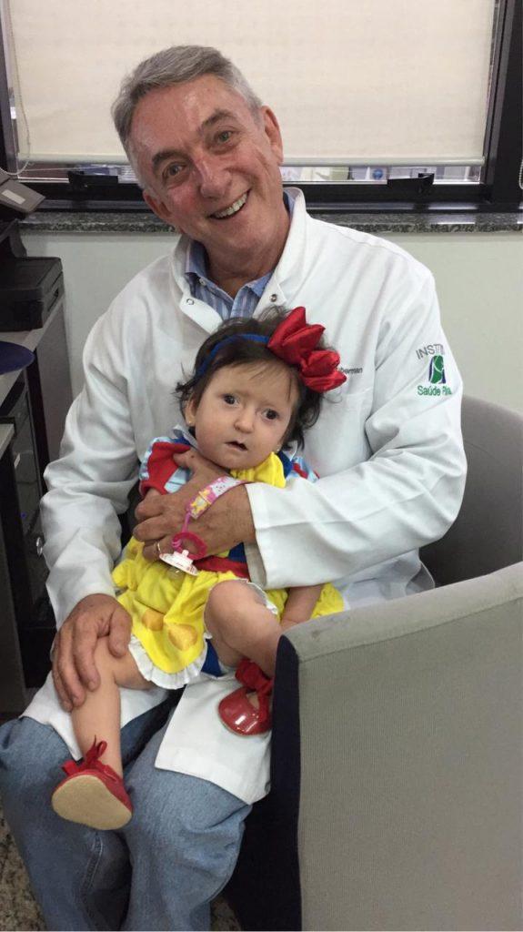 O Dr Jorge Huberman com paciente em seu consultório: uso do sling merece atenção por causa do calor