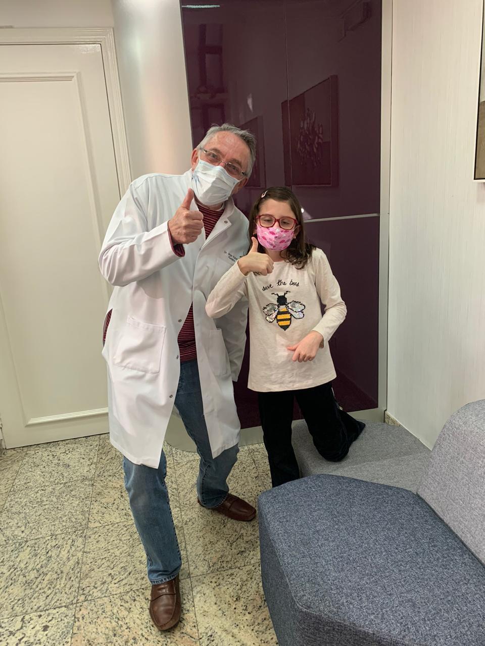 """O pediatra Jorge Huberman ao lado de paciente em seu consultório: """"com o tempo, os pais entendem melhor o motivo do choro dos filhos"""