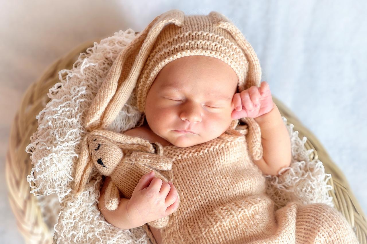 Bebê com sono dorme de barriga para cima: posição correta de dormir