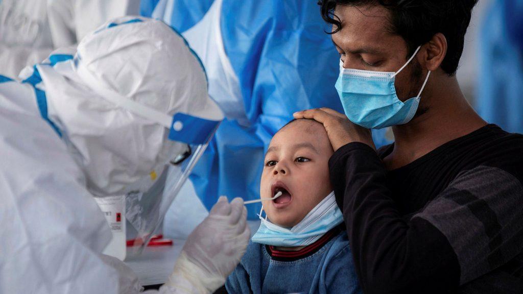 Criança é submetida ao teste do novo Coronavírus: no Rio de Janeiros, mais de 20 casos de SIM-P já foram registrados