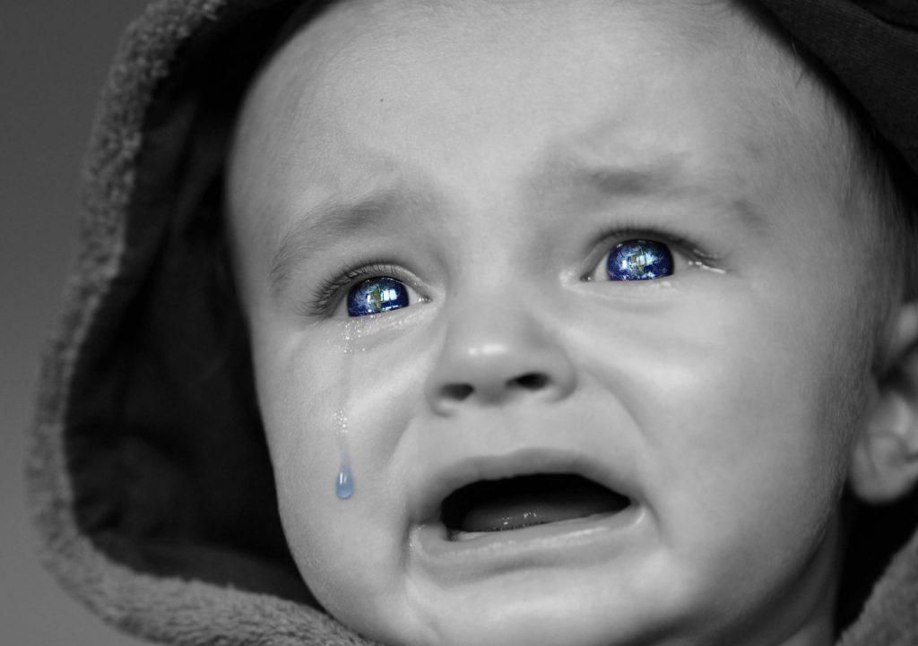 Bebê com lágrima no olho: crianças são incapazes de lidar com frustrações