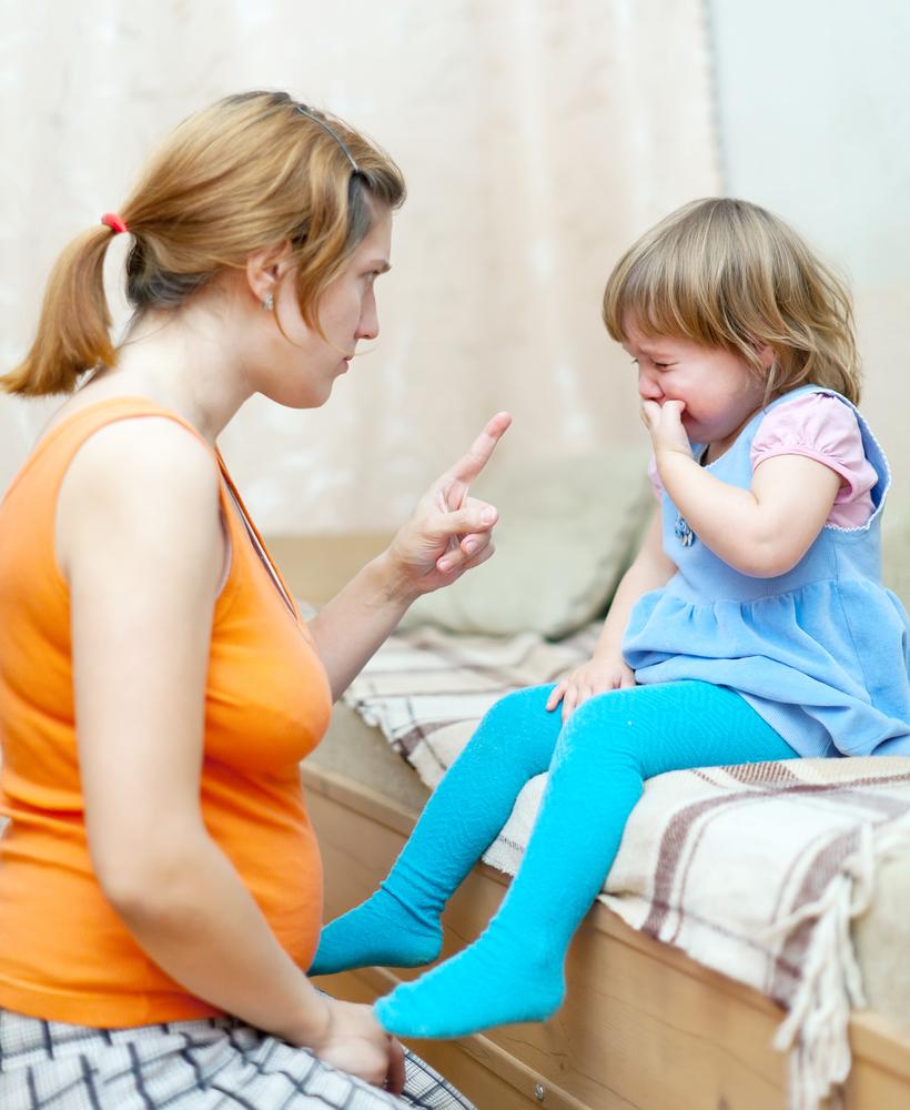Criança chorando ao levar bronca da mãe: Por qual motivo crianças choram? Em qual idade?