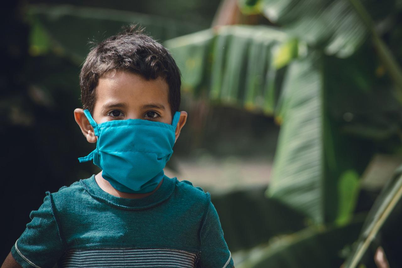 Criança usa máscara contra o coronavírus: Sociedade Brasileira de Pediatria, SBP, lançou um alerta para uma possível síndrome associada à Covid-19