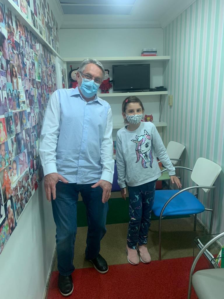 O pediatra Jorge Huberman ao lado de paciente em seu consultório: nunca podemos esquecer que as células que fazem parte do sistema imunológico, como os linfócitos, têm receptores para a vitamina D