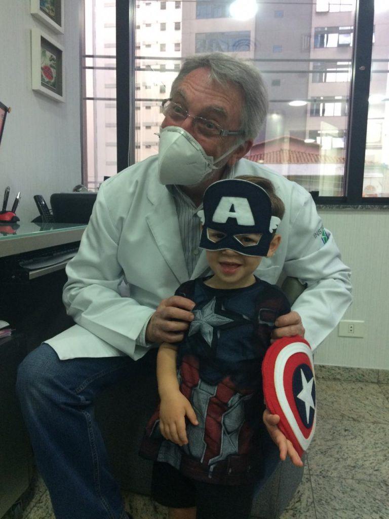 O pediatra Jorge Huberman ao lado do paciente Antônio: neonatologista recomenda que a mãe beba bastante água e alimente-se de forma saudável