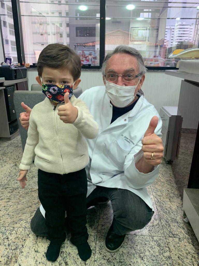 O pediatra Jorge Huberman ao lado do seu paciente, Thomas: até seis meses de idade, o bebê precisa dormir de barriga para cima para evitar a morte súbita.