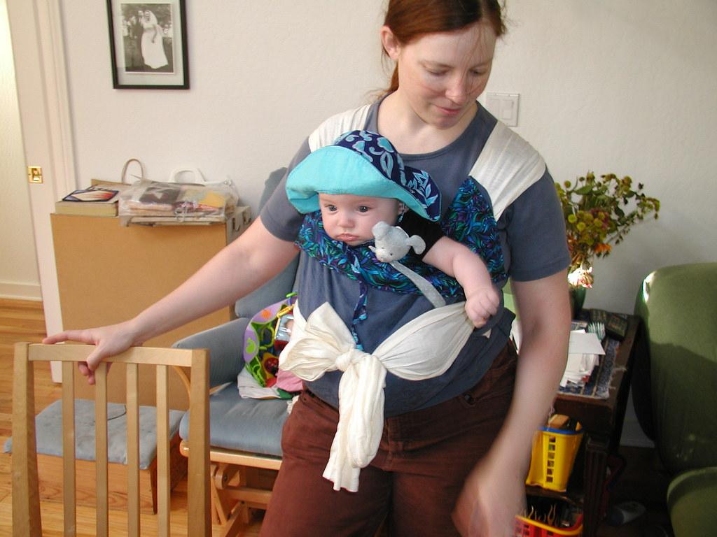 Mãe carrega seu filho usando o sling: saiba de todas as vantagens que ele traz!