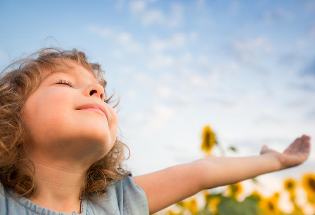 Criança tomando sol: a falta de Vitamina D em nosso corpo pode provocar dores musculares e fraqueza