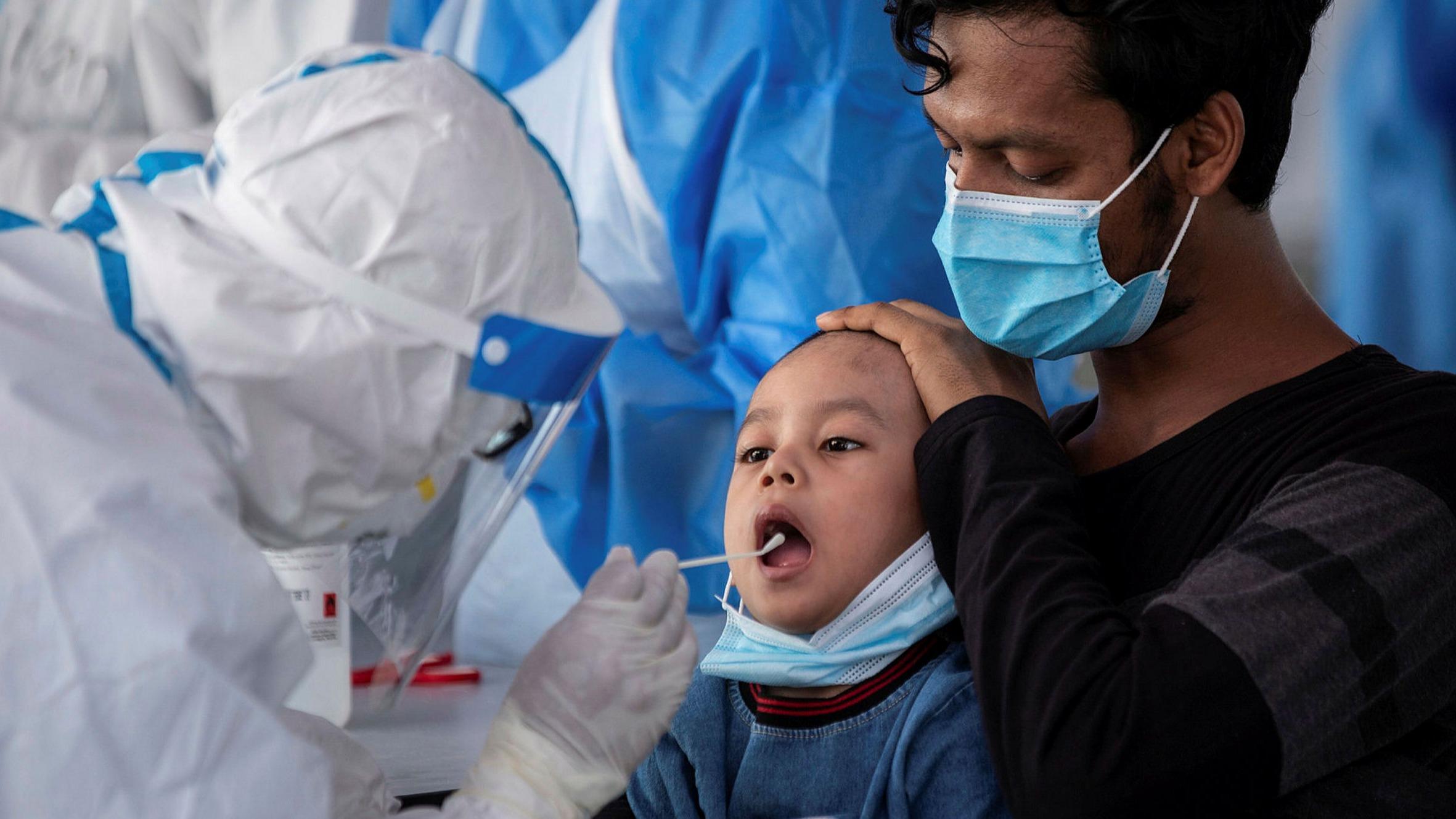 Menino passa por teste do Covid-19: crianças possuem alta carga viral