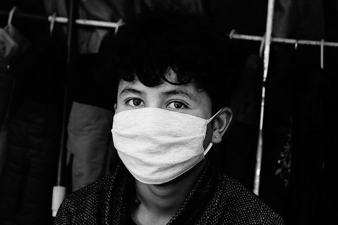Criança usando máscara: crianças menores de 2 anos não devem usar a máscara