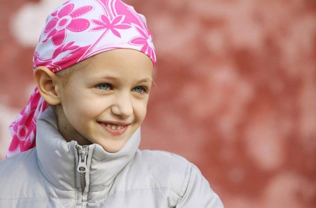 Criança com câncer usa lenço na cabeça: sem dúvida, o câncer infanto-juvenil é um assunto muito difícil de ser tratado