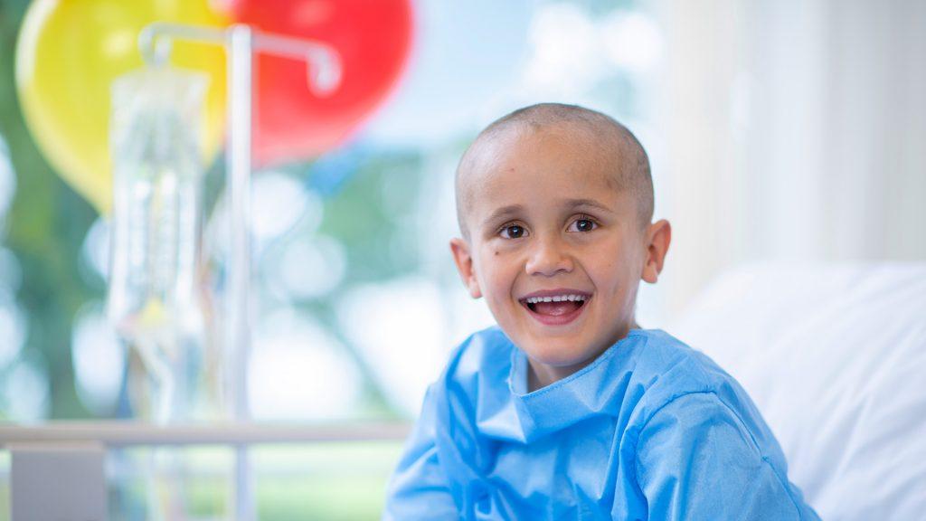 Criança com câncer sorri em hospital: câncer infantil tem altas chances de cura