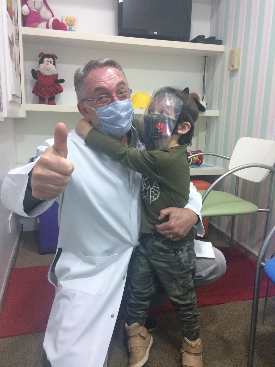 O pediatra Jorge Huberman ao lado do paciente, Gael: a doença genética de G6PD não tem cura