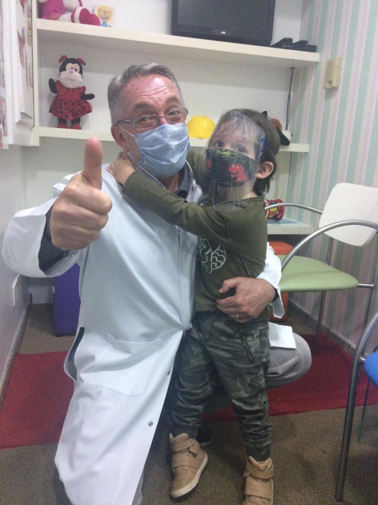 O Dr Jorge Huberman ao lado do paciente Gael: tratamento contra a deficiência teve início em seus primeiros dias de vida