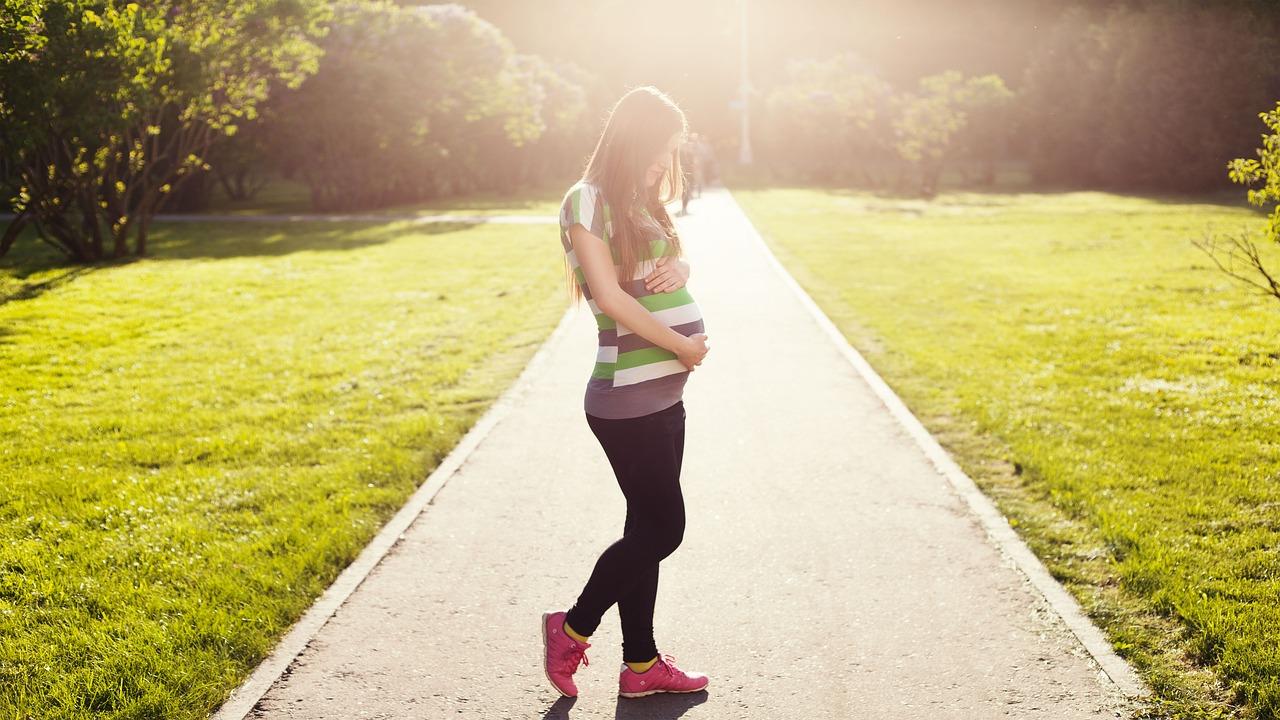 Menina grávida: gravidez precoce traz inúmeros riscos para a saúde