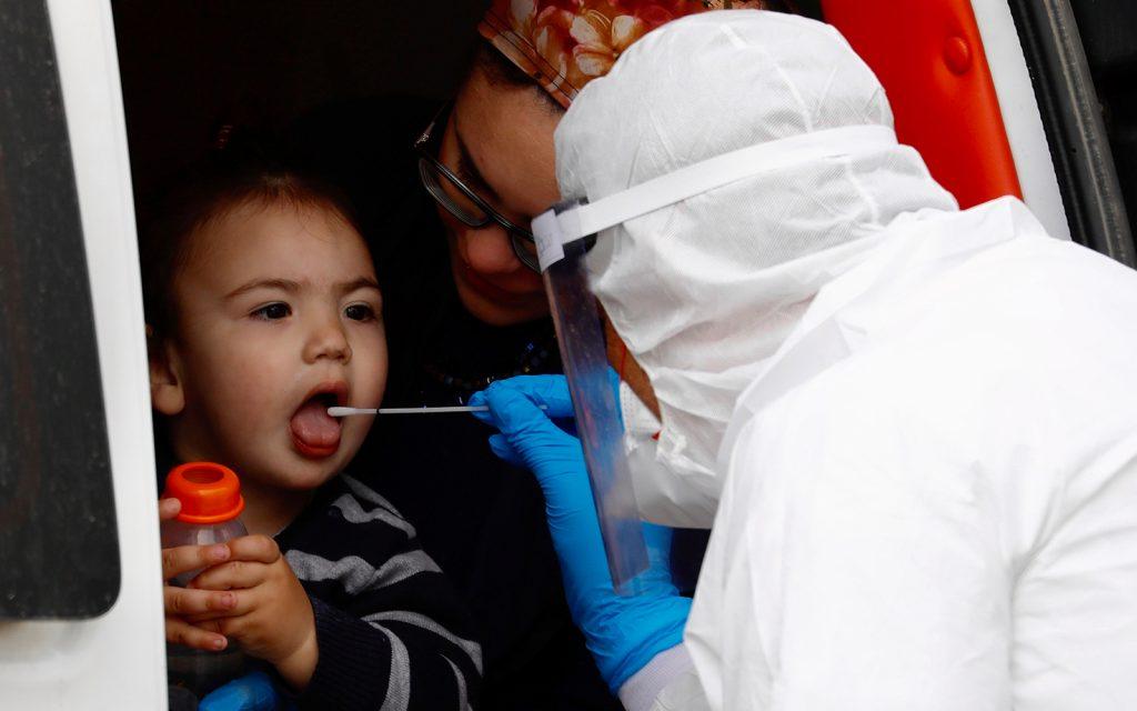 Criança israelense dentro de um veículo passa por teste de coronavírus: Israel teve que rever seus protocolos de saúde após reabertura e aumento acentuado dos casos de Covid-19