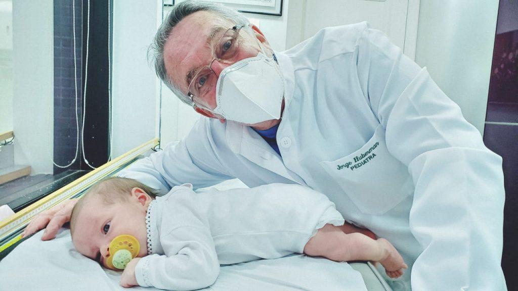 O pediatra Jorge Huberman atende paciente bebê: estes aprendizados levam aos saltos do desenvolvimento, que são momentos em que o bebê está adquirindo uma nova habilidade