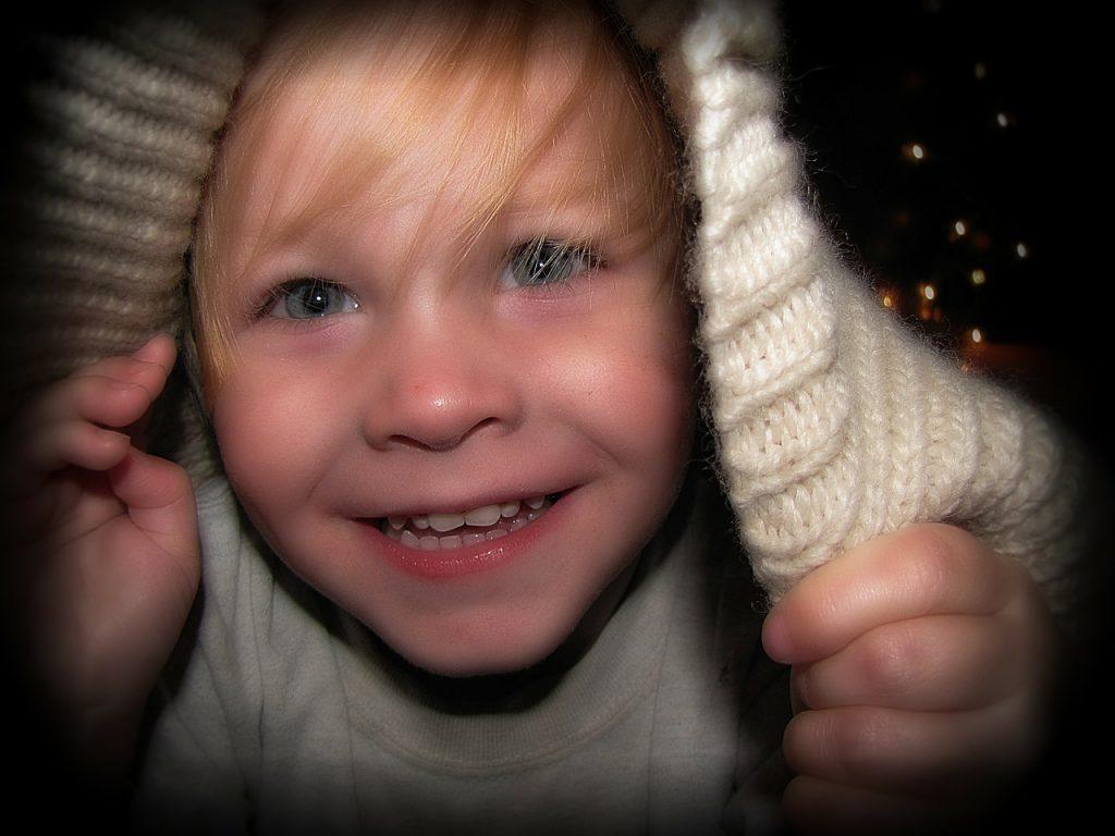 Atividades para crianças de dois anos: brincar embaixo do cobertor, sem correr riscos, também é uma forma de entreter as crianças
