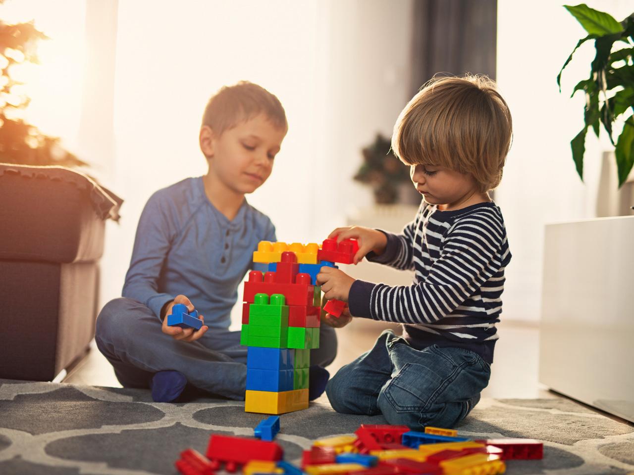 Atividades divertidas para crianças de dois anos: crianças brincam com peças soltas em momento de descontração