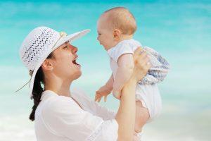 Nenê sorri no colo de sua mãe: como são os primeiros dias dos nossos bebês?