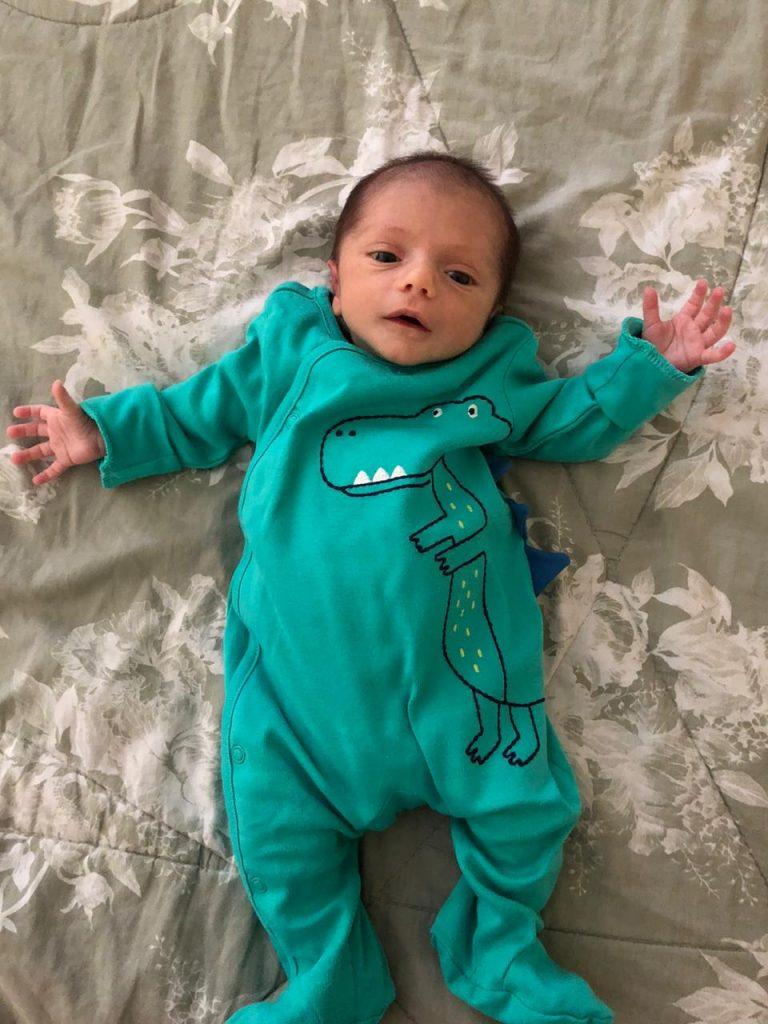 O pequeno Eduardo Henrique, de 1 mês: bebê está usando o relactador, com sucesso, há duas semanas