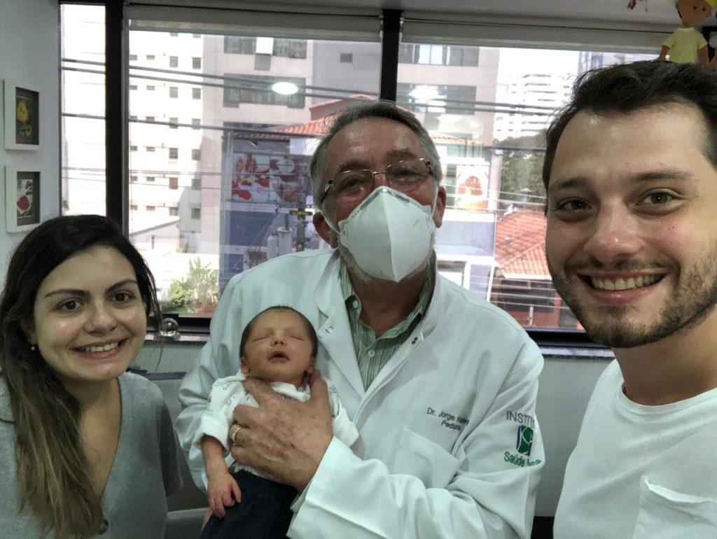 O pediatra Jorge Huberman, ao lado dos pais, segura o bebê Eduardo Henrique: alguns procedimentos como a tomografia já não exigem anestesia