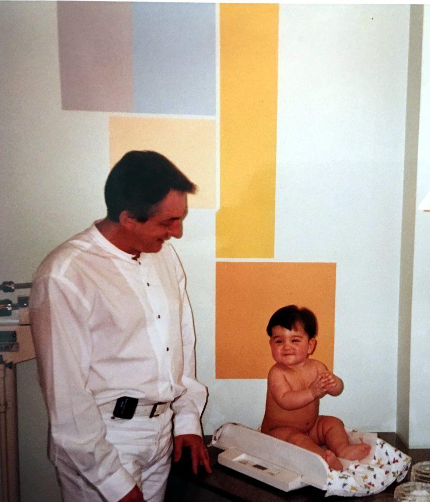 O pediatra Jorge Huberman ao lado da bebê Barbara, em foto feita em 2001: é muito difícil trocar seu pediatra de confiança por outro médico