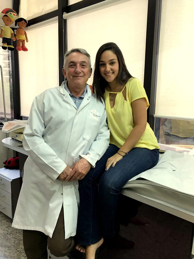 O pediatra Jorge Huberman ao lado da ex-paciente Bárbara, atendida até os 19 anos