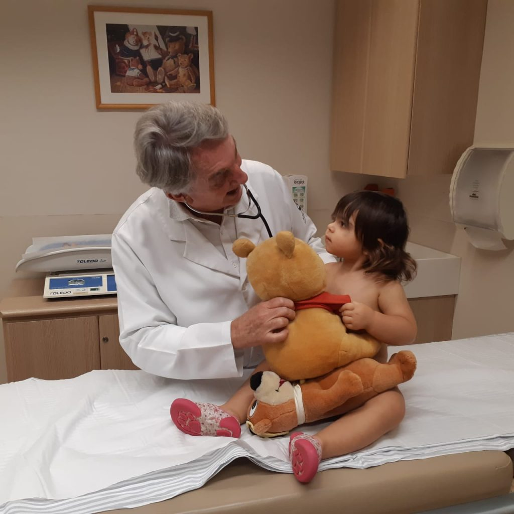 O pediatra Jorge Huberman brinca com a paciente Mariana em seu consultório no Instituto Saúde Plena: exercício físico intenso, como nadar e andar de bicicleta também podem causar este tipo de dor