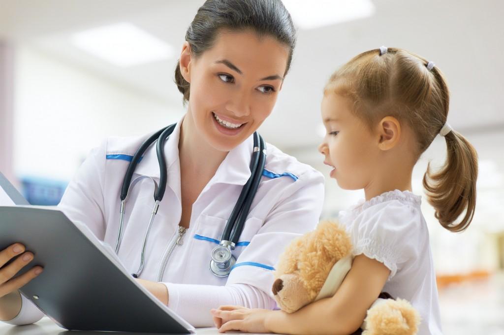Neuropediatra atende uma paciente em seu consultório: neuropediatria é uma especialidade clínica da pediatria que examina doenças e condições relacionadas tanto ao sistema nervoso central como também o sistema nervoso periférico