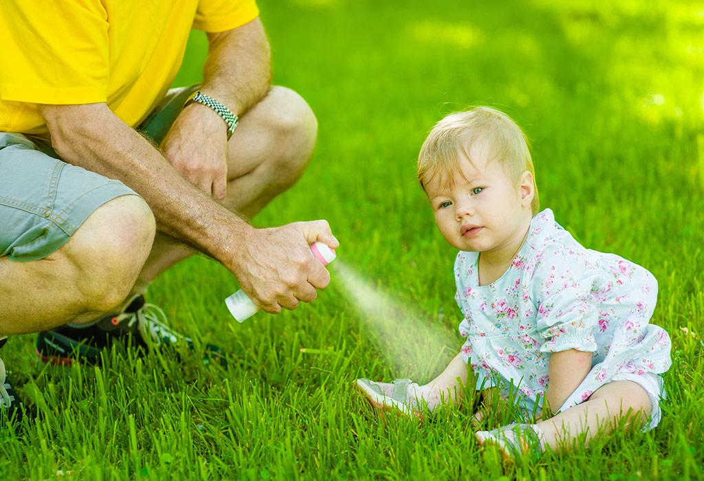 Uso de repelentes em bebês e crianças: pais devem ficar atentos à composição química do produto.