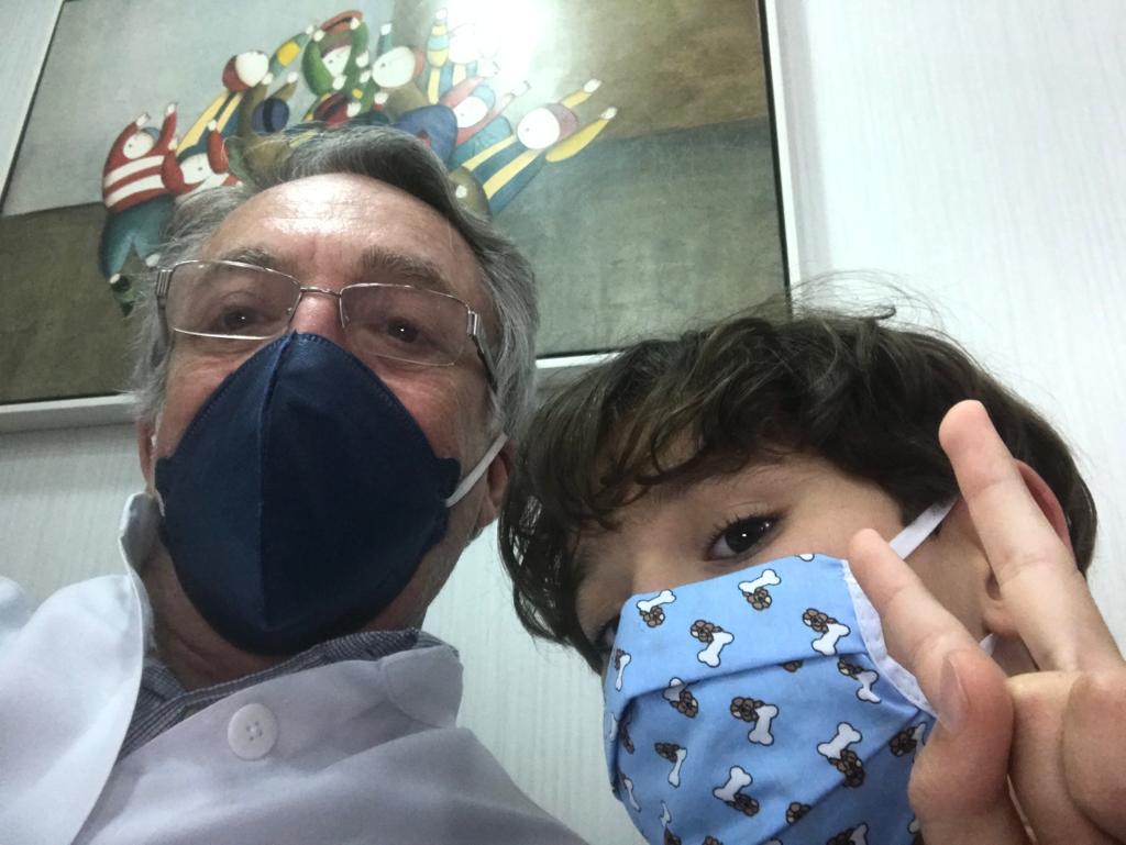 O pediatra Jorge Huberman ao lado do paciente Matheus, de 9 anos: na avaliação da criança, para descobrir a causa da sua dor, devem ser levados em conta vários sinais: avaliação da expressão facial,  alterações de frequência cardíaca, respiratória e fisiológica