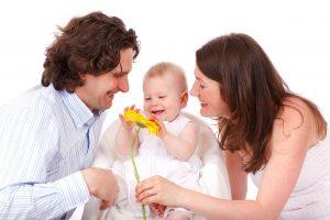 Nenê entre os seus pais: a sensibilidade do bebê ocorre desde a fase da amamentação