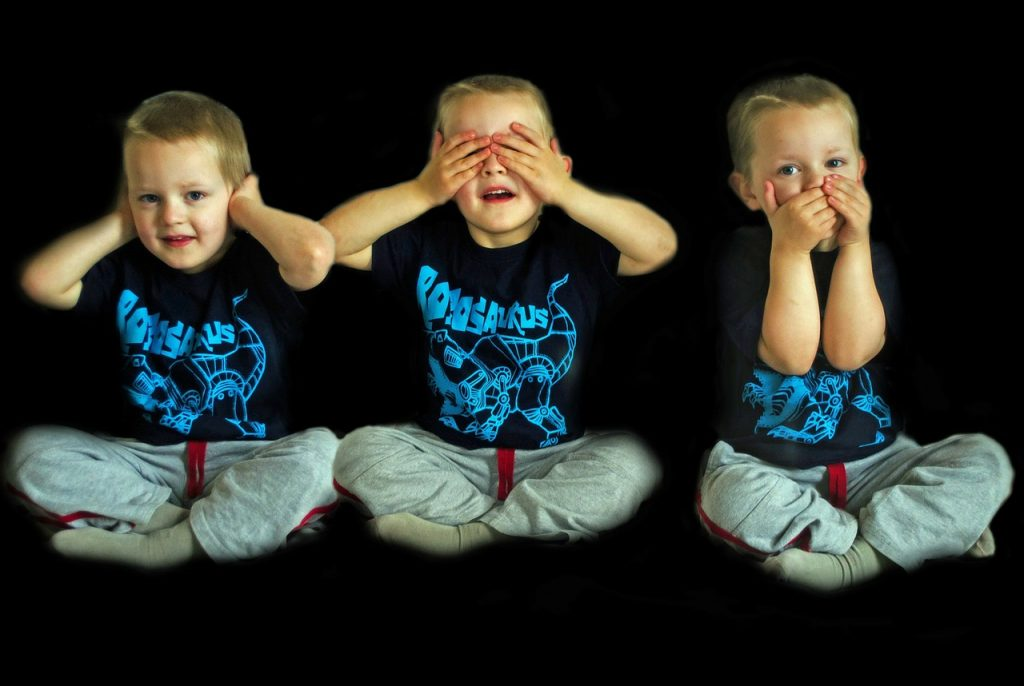 Criança brinca de surda muda e cega: modo como a criança se expressa na rua é um reflexo do que ela ouve em casa