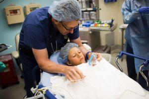Menino em sala antes de ser anestesiado: anestesia em crianças: quando ela é necessária?