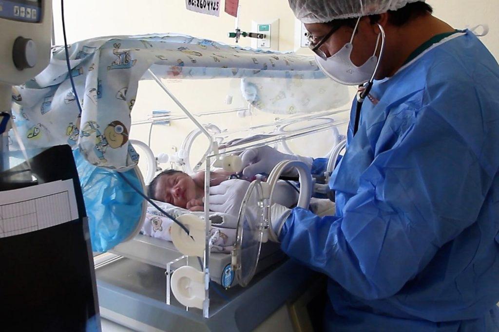 Bebê recebe tratamento em hospital: vírus ainda circula e exige muito cuidados de todos