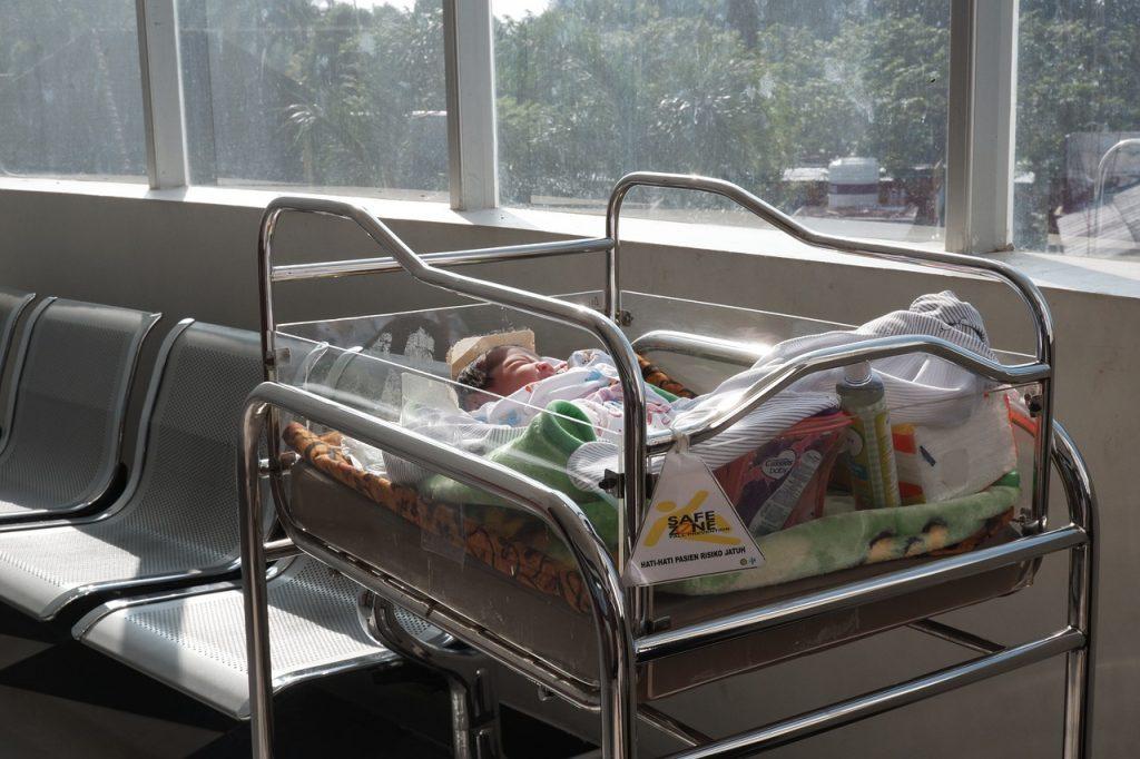 Bebê internado em um hospital: centro médico de Porto Alegre realizou pesquisa a respeito dos benefícios das visitas de crianças a hospitais