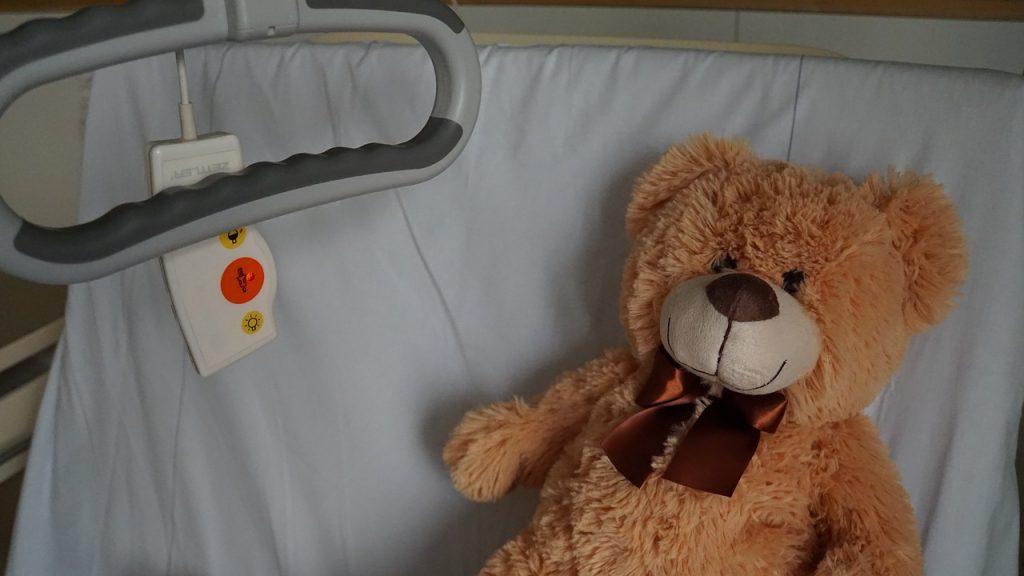 Urso de brinquedo em cama de hospital: entrada das crianças e dos adolescentes poderá ser vetada nos casos em que houver recusa do paciente em receber as visitas