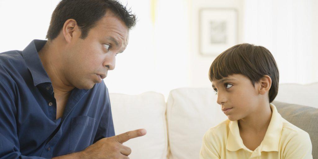 Pai dá bronca em filho: há um ensinamento muito profundo, dito há mais de 200 anos; atualmente, palavras ásperas e duras não são acatadas
