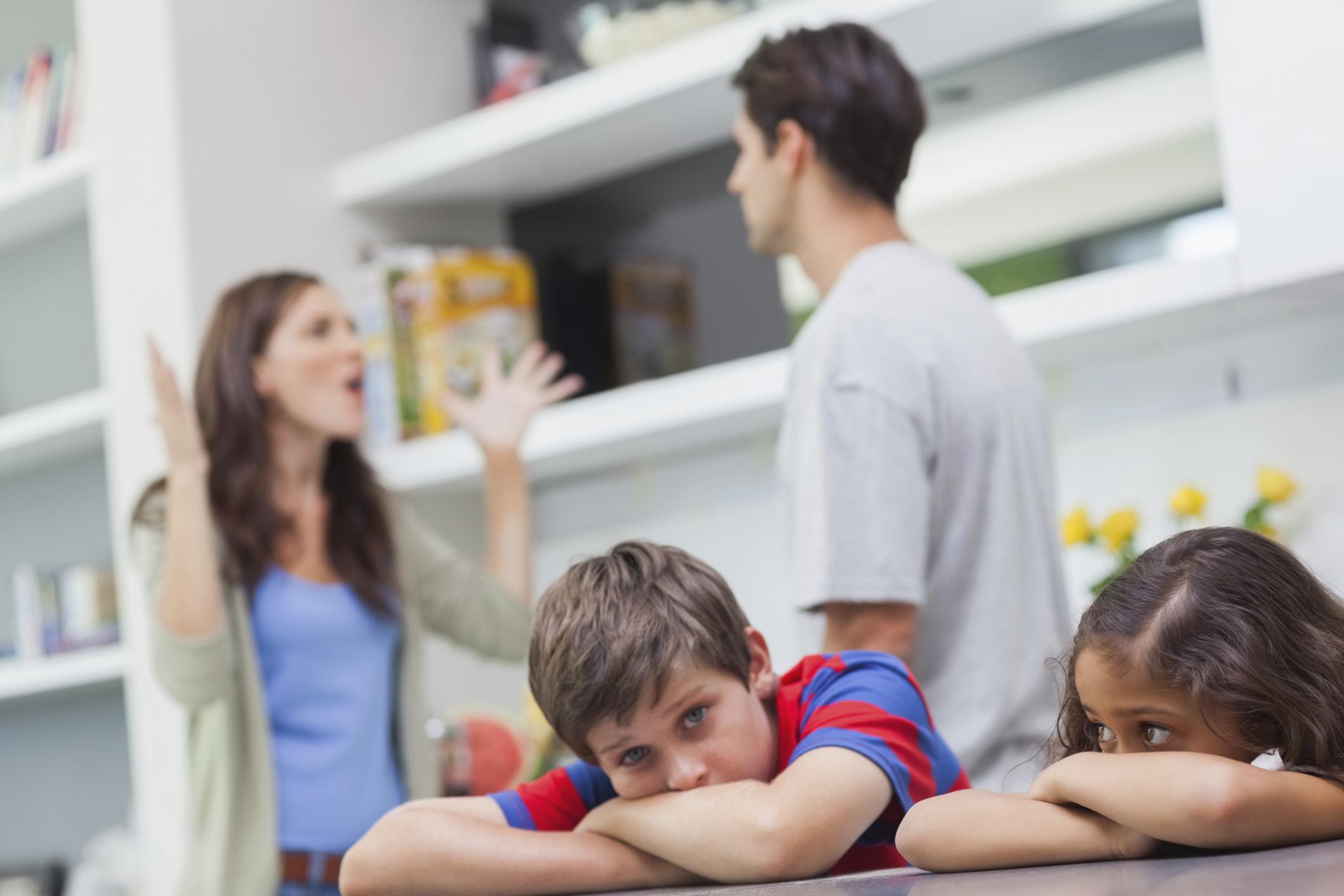 Pais discutindo com os filhos ouvindo tudo; pais devem evitar: ameaças e violência