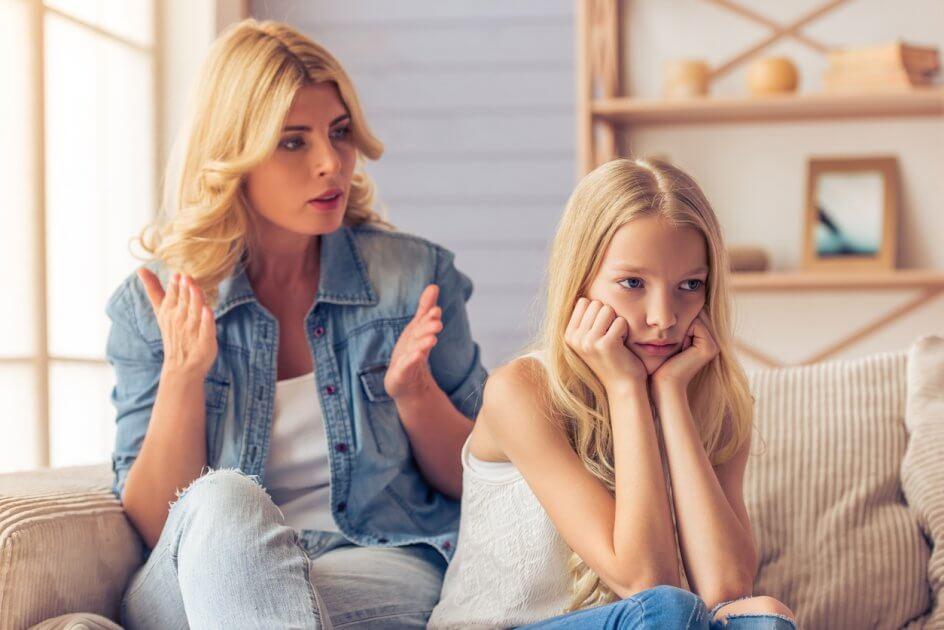 Mãe discutindo com sua filha:  exigir demais das crianças é ruim