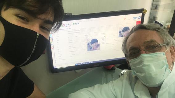 O pediatra Jorge Huberman ao lado do paciente, Jorge: controle excessivo limita capacidade de escolha dos filhos